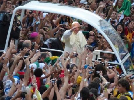 O Papa, em sua chegada ao Rio de Janeiro, em passagem pela Av. Rio Branco. Registro de Evandro Teixeira
