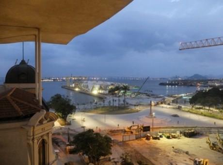 A derrubada do Elevado da Perimetral e a construção do Museu do Amanhã no porto criam um belo e novo cenário no Centro da cidade maravilhosa. Foto do premiado Evandro Teixeira para a Coluna.
