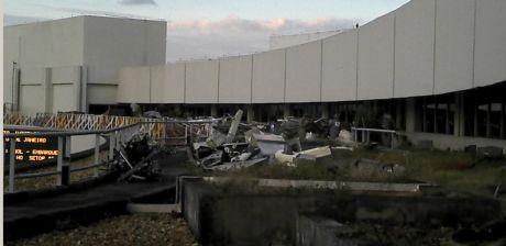 Lixo e sucatas se acumulam no terraço do Galeão