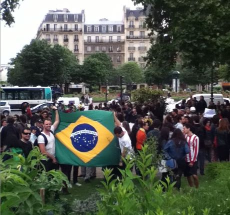 Brasileiros vão às ruas em Paris em passeata pacífica. Franceses aderem