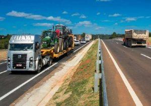 PRF apreende caminhões com etanol em SP