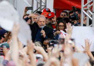 Na rua, Lula traça roteiro de caravanas pelo Brasil