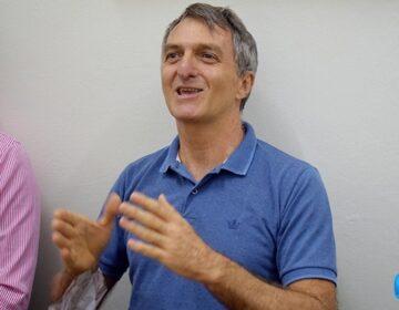 Irmão de Bolsonaro pede votos para esposa de amigo