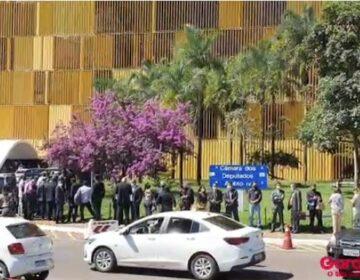 Com caixa vazio, prefeitos enfrentam filas fora da Câmara atrás de deputados